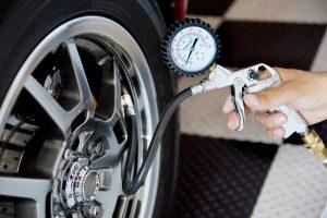 Reifendruck wird gemessen